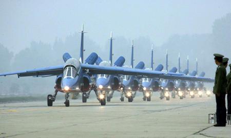 图文:8架阿尔法战机在南苑机场停机坪列队