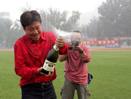图文:上海女足勇夺女超冠军 林志桦开香槟庆祝