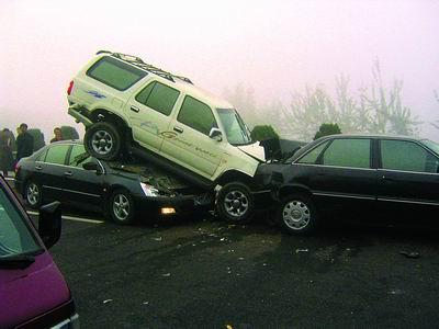 两辆黑色轿车,把一辆白色赛弗车顶到了车顶部.王先生摄-雾锁京沈
