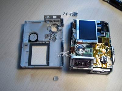 部电路板和镜头中间的黑色柱状物体,这个是相机为闪光灯供电时的电容