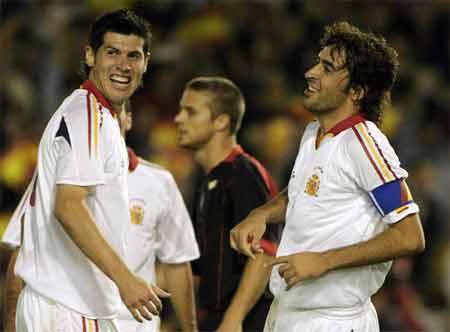 图文:西班牙主场2-0战胜比利时 劳尔和卢克庆祝