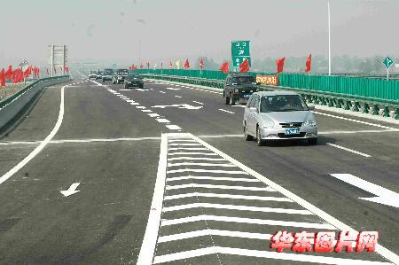 汽车行驶在试通车的界阜蚌高速公路蒙蚌段-安徽蚌埠 界阜蚌高速公路