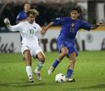 图文:意大利0-1斯洛文尼亚吉 托蒂与对手拼抢