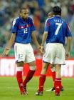 图文:法国主场0-0战平爱尔兰 亨利与皮雷交流