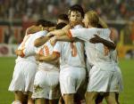 图文:荷兰爆冷2-2战平马其顿 荷兰队员拥抱庆祝