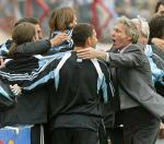 图文:阿根廷4比2击败乌拉圭 佩克曼与队员拥抱