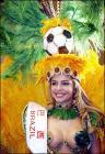 图文:巴西客场5-2大胜委内瑞拉 女球迷奇装异服