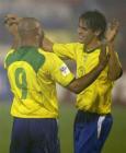 图文:巴西客场5-2胜委内瑞拉 罗尼卡卡相拥而庆