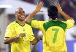 图文:巴西客场5-2大胜委内瑞拉 罗尼与卡卡庆祝