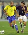 图文:巴西客场5-2委内瑞拉 罗纳尔多带球突破