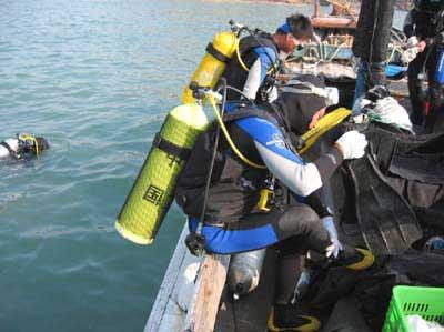 背上氧气瓶准备潜水