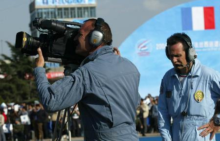 图文:一位法国摄像师在拍摄特技飞行表演