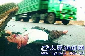 山西一男子命丧车轮 尸体横躺马路20小时无人管