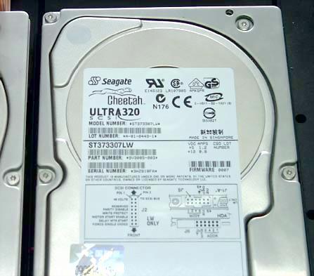 SCSI硬盘的数据线接口和并口IDE硬盘不同,供电接口和IDE一样,也图片