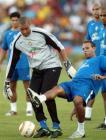 图文:巴西备战世界杯预选赛 迪达和队友拼抢
