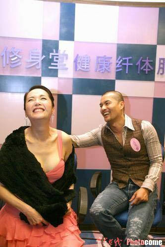 图文:恬妞上海代言性感出场