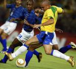 图文:巴西0-0战平哥伦比亚 罗纳尔多带球突破