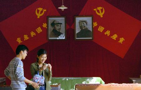 在南京博物院开展.展览以大量的历史照片、革命文物以及雕塑油画、图片