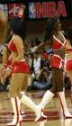 图文:NBA中国赛火箭美女热力四射 黑白背对背