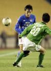 图文:北京2-0胜青岛 曲波在比赛中突破
