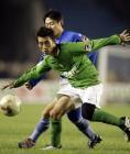 图文:北京2-0胜青岛 杨昊姚夏拼抢
