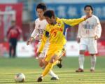 图文:辽宁3-0重庆 肇俊哲防守重庆队吴庆