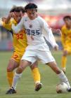 图文:辽宁3-0重庆 张永海与伊万拼抢