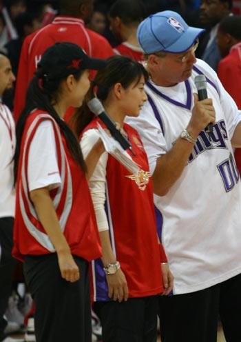 图文:各路明星助战NBA中国赛 郭晶晶接受采访