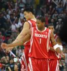 图文:NBA中国赛首体打响 姚麦双人舞