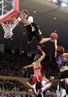 """图文:NBA中国赛国王胜火箭 """"疯狂博士""""扣篮"""