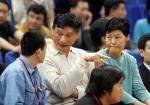 图文:NBA中国赛国王胜火箭 姚明父母场边观战