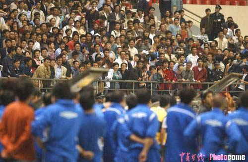 图文:上海德比战现斗殴场面