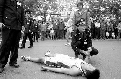 图文:全日空北京国际马拉松赛 一选手途中晕倒
