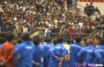 图文:上海德比战现斗殴场面 球迷目睹丑恶场面
