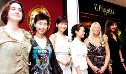 zb代表与三位美女合影