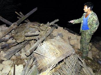 0月19日夜,云南省保山市隆阳区汉庄镇地震灾区的一名群众在查看图片