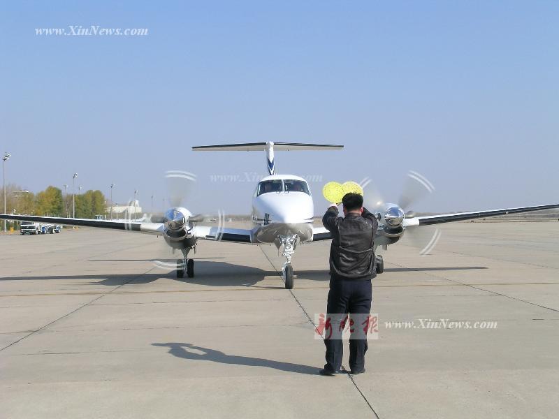 展示的公务飞机空中国王b200是一架七座双螺旋桨飞机
