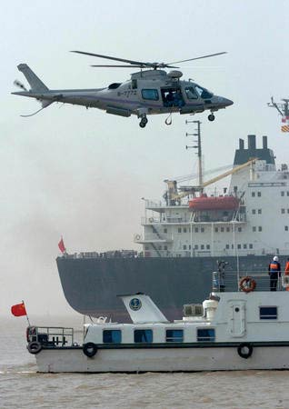 10月20日,参加水上搜救演习的直升机赶赴事故现场。当日,2004年江苏省水上搜救综合演习在长江南通段江面举行。此次演习是我国首次江海一体化的大型水上搜救综合演练,有68家单位、900多人以及船、艇,消防车、救护车、飞机等设施参加演习。本次演习旨在检验事故发生后军警民参与、水陆空协作、社会各方共同营救的水上搜救综合能力。 新华社记者孙参摄
