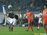 图文:重庆1-1山东 重庆队员倒钩射门