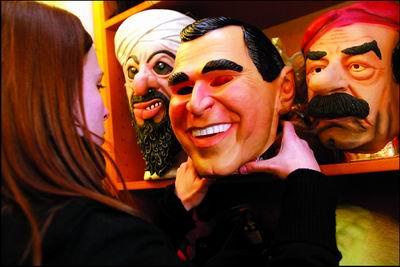 美国一男子戴布什面具成功抢劫一家银行(组图)