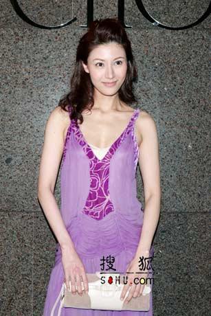 李嘉欣紫色低领装亮相 完美胸脯呼之欲出(图)