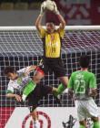 图文:健力宝2-0完胜现代 李雷雷奋力扑救