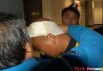 图文:天津3-0北京 边裁被观众投掷的水瓶砸伤