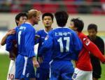 图文:申花0-1负青岛 阿尔贝茨与对手发生争执