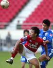 图文:申花0-1青岛 于涛与青岛队队员争球