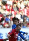 图文:申花0-1青岛 杜威争顶头球