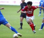 图文:申花0-1青岛 青岛队员在比赛中突破