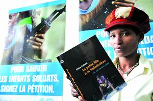 儿童/2、联合国关注全球儿童军状况的国际发言人琪娜·凯特兹9月21日在...