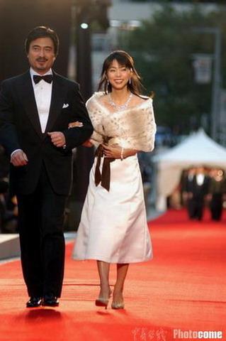 图文:东京电影节开幕 众星亮相红地毯-主持人