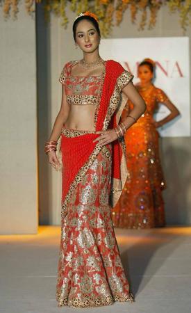 由于印度人对传统新娘服装的需求量很大,这些服装的设计也就成为图片